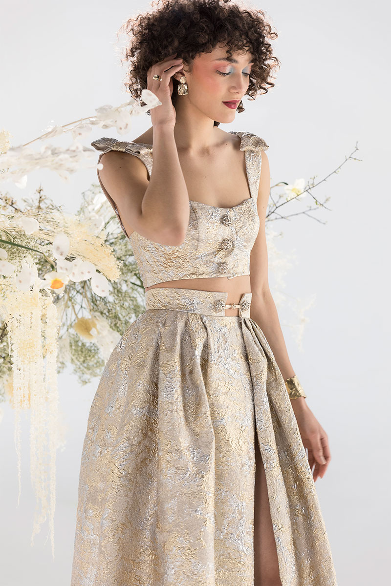 Robe de mariée 2021 en or champagne de la collection moderne et contemporaine signée Atelier Confidentiel.